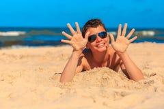 Счастливый молодой мальчик на пляже моря Стоковая Фотография