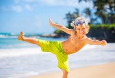 Счастливый молодой мальчик на пляже стоковое фото rf