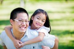 Счастливый молодой отец Азии Стоковые Фотографии RF