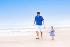 Счастливый молодой отец с дочерью малыша на пляже стоковые изображения rf