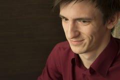 Счастливый молодой человек в фиолетовый смотреть рубашки, усмехаясь обширно Стоковая Фотография RF