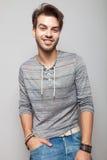 Счастливый молодой человек моды усмехаясь для камеры Стоковые Изображения RF