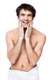 Счастливый молодой человек с полотенцем вокруг его талии стоковые изображения rf