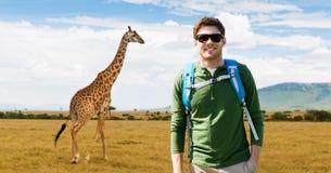 Счастливый молодой человек с рюкзаком путешествуя в Африке Стоковое Изображение