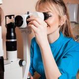Счастливый молодой optometrist доктора на работе с прибором для testi Стоковое Изображение