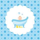 Счастливый младенец в ванне с резиновые утки Стоковые Фото