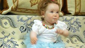 Счастливый младенец в ее любимом доме видеоматериал