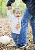 Счастливый младенец держа дальше к родителю Стоковое фото RF