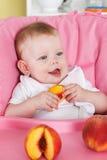 Счастливый младенец есть плодоовощ Стоковое Изображение RF
