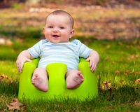 Счастливый младенец используя комплект тренировки Стоковое фото RF