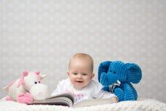 Счастливый младенец читая книгу Стоковая Фотография RF