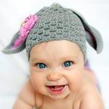 Счастливый младенец любит зайчик или овечка Стоковое Изображение