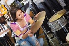 Счастливый набор барабанчика покупок девочка-подростка Стоковое Изображение RF