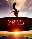 Счастливый Новый Год 2015 бегун скача и пересекая над матрицей Стоковые Фотографии RF