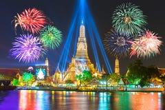 Счастливый Новый Год 2016, комплекс предпусковых операций 2016 на Wat ArunTemple, фейерверках, w стоковые фото