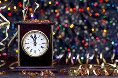 Счастливый Новый Год 2017 Старые часы на абстрактной предпосылке Стоковое Изображение