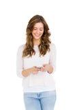 Счастливый обмен текстовыми сообщениями молодой женщины на мобильном телефоне Стоковая Фотография RF