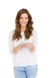 Счастливый обмен текстовыми сообщениями молодой женщины на мобильном телефоне Стоковое фото RF