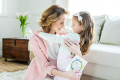 Счастливый обнимать матери и дочери стоковые изображения