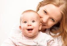 Счастливый обнимать дочери матери и младенца семьи Стоковые Изображения RF