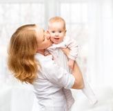 Счастливый обнимать дочери матери и младенца семьи Стоковое Фото