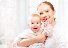 Счастливый обнимать дочери матери и младенца семьи Стоковые Фото