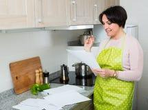 Счастливый договор страхования чтения домохозяйки Стоковые Фото