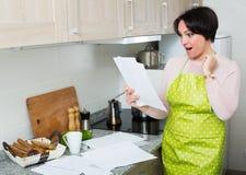 Счастливый договор страхования чтения домохозяйки Стоковая Фотография