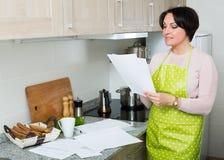 Счастливый договор страхования чтения домохозяйки Стоковое Фото