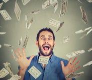 Счастливый дождь денег молодого человека идя шальной кричащий супер excited нижний Стоковое Изображение RF