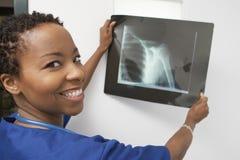 Счастливый доктор Holding Рентгеновский снимок Сообщать Стоковая Фотография