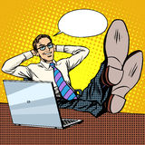 Счастливый ослабьте бизнесмена на месте работы около компьтер-книжки иллюстрация штока