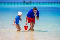 Счастливый отец и маленькая дочь имеют потеху дальше стоковая фотография rf