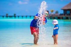 Счастливый отец и маленькая дочь имеют потеху дальше стоковое фото rf
