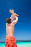Счастливый отец и маленький ребенок на пляже Стоковые Изображения RF