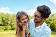 Счастливый отец и ребенок имея потеху играя Outdoors Время семьи Стоковые Изображения