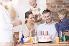 Счастливый отец празднуя день рождения стоковое изображение