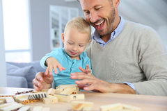 Счастливый отец при его ребенок играя с блоками Стоковое Изображение