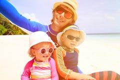 Счастливый отец семьи и 2 дет на делать пляжа Стоковое Фото