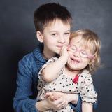 Счастливый отпрыск детей Сь девушка и мальчик стоковое изображение rf