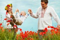 Счастливый отдых семьи на поле маков Стоковое Фото