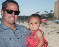 Счастливый папа держа его девушку стоковое изображение