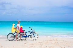 Счастливый папа и милые девушки ехать велосипеды дальше Стоковое Изображение RF