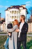 Счастливый папа и сын мамы обнимая в парке стоковая фотография rf