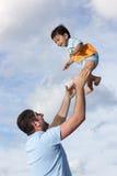 Счастливый папа на пляже с его сыном стоковые изображения rf