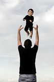Счастливый папа с младенцем на пляже стоковые изображения