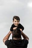 Счастливый папа с младенцем на пляже стоковые фотографии rf