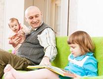 Счастливый папа с дочерьми стоковые фотографии rf
