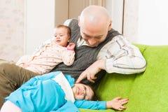 Счастливый папа с дочерьми стоковая фотография rf