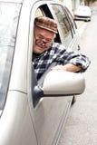 Счастливый пенсионер управляя автомобилем стоковые фотографии rf
